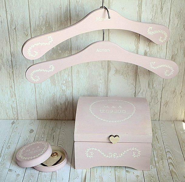 Przepiękny zestaw ślubny: pudełeczko na obrączki, skrzyneczka na kartki ślubne i dwa spersonalizowane wieszaki. Dostępne w sklepie internetowym Madame Allure! :) #ślub #wesele #dekoracjeslubne