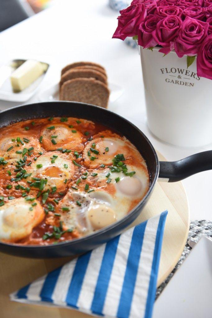 Shakshuka  Składniki dla 3 osób:      7 jajek     2 puszki pomidorów pokrojonych w kostkę     0,5 cebuli     1 ząbek czosnku     0,5 łyżeczki pasty curry     sól, pieprz, słodka papryka