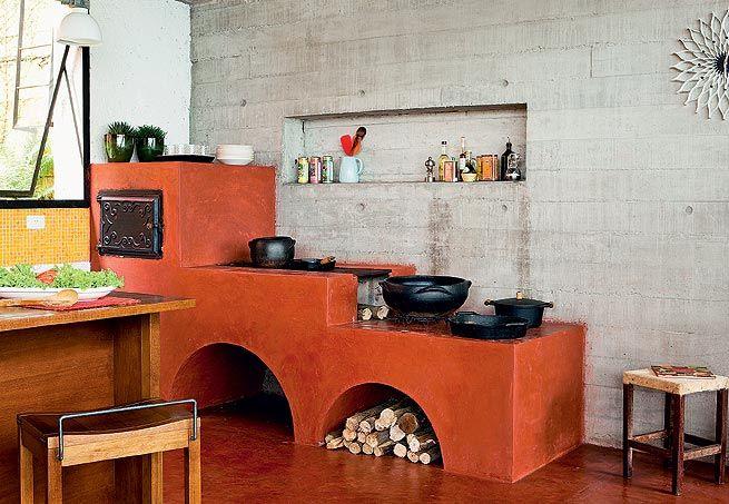 A tradicional dupla de fogão e forno a lenha (2,65 m x 0,80 m) reina absoluta nesta cozinha projetada pela Brasil Arquitetura. Feita de alvenaria de tijolos, tem acabamento de cimento queimado com pó xadrez vermelho, igual ao do piso  Edu Castello / Casa e Jardim