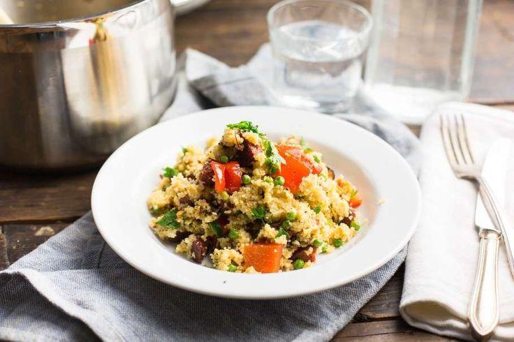Dit recept is simpel en perfect voor een doordeweeksedag: Spaanse couscous met salami, mosselen en olijven.…