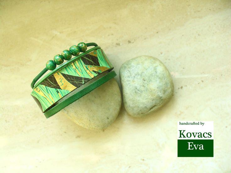 Zöld és arany kézzel festett bőr karkötő fa gyöngyökkel. Green and gold hand painted leather bracelet with wooden balls.