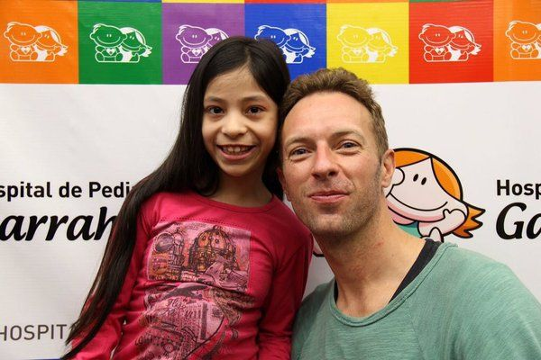 Chris with a child he visited at the Children's Hospital in Argentina a few days ago (Via Coldplay Argentina on FB)