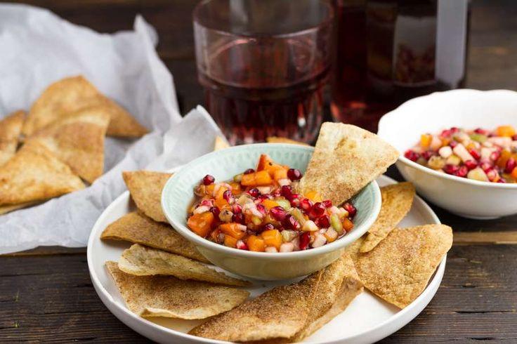 Recept voor fruitsalsa voor 4 personen. Met suiker, boter, bakpapier, granaatappel, kiwi, kaki, appel, citroen, frambozenjam, tortillawrap en kaneel