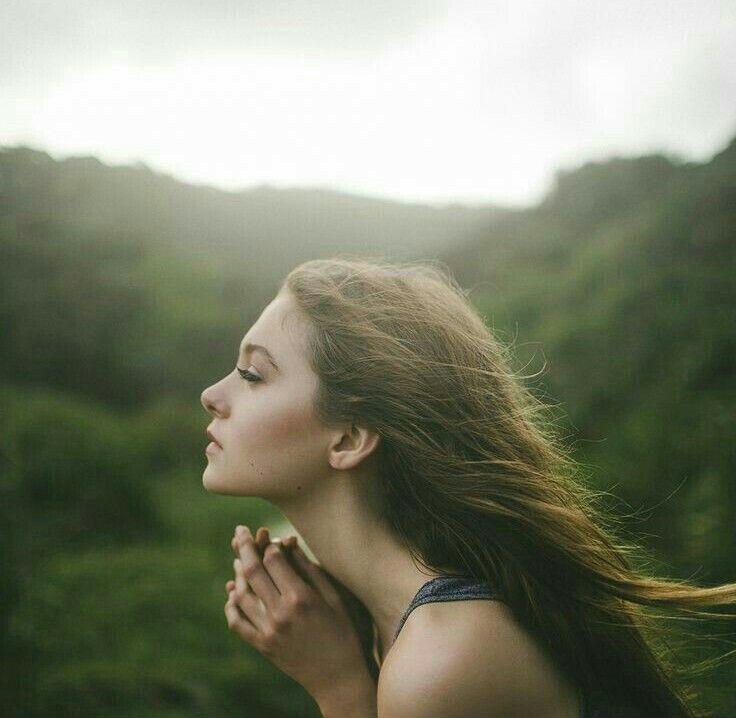 Güzel kadınlara kederli şarkılar söyletmeyin ,/ Birbirini çoğaltıyor üç acı ,/ Kadın,güzellik ve şarkılar... - Şükrü Erbaş