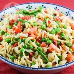 Ensalada de pasta tornillo con brócoli, coliflor, champiñones y otras cinco verduras, aderezada con mayonesa light.