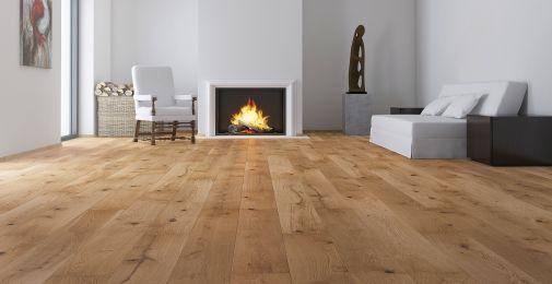 DĄB EXCITE - Szeroka, jednopasmowa olejowana podłoga dębowa o jasnobrązowym odcieniu. Wykończenie matowym olejem naturalnym oraz szczotkowanie podkreśla strukturę drewna. Dwustronne fazowanie optycznie wydłuża deskę i podkreśla jej naturalny wygląd.