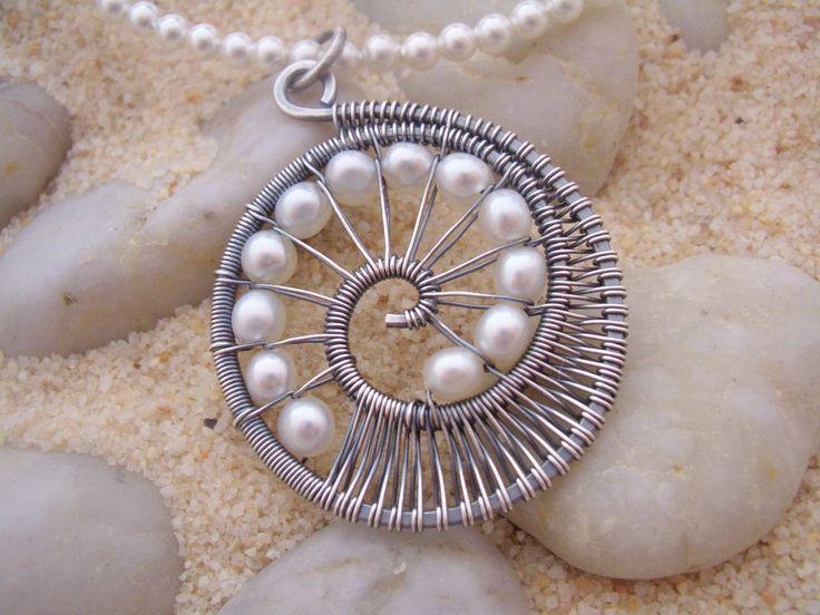 Dije, tejido de alambre con perlas