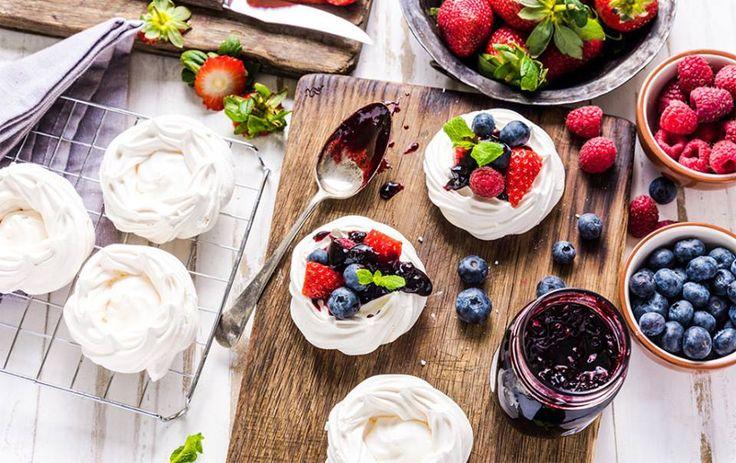 Sa ne racorim cu o inghetata,fructe,sucuri... Va asteptam cu farfurii,pahare,suporturi pentru prajituri,platouri,tavi... http://www.casa-alessia.ro/