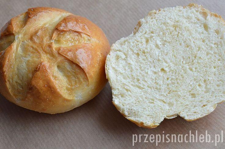 Chrupiące i miękkie bułki pszenne. Nie są bardzo puszyste, mają zwartą strukturę – jednak wciąż są bardzo delikatne. Dodatek mleka sprawia, że ich miąższ jest bardzo biały, a smak raczej neutralny – pasujący zarówno do słodkich jak i wytrawnych dodatków. Idealne na śniadanie. Składniki Przygotowanie Mąkę wymieszać z solą. Dodać pokruszone drożdże (niezależnie od tego […]