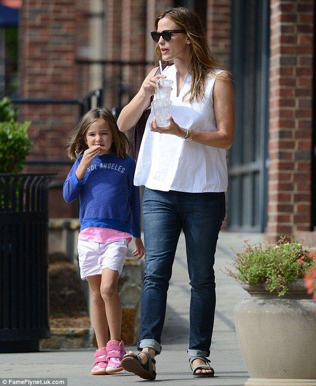 Jennifer Garner enjoys breakfast with daughter Seraphina #dailymail