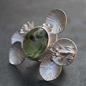 Bague unique préhnite - Aline Kokinopoulos. Very pretty and unique, but not one I'd find myself wearing.
