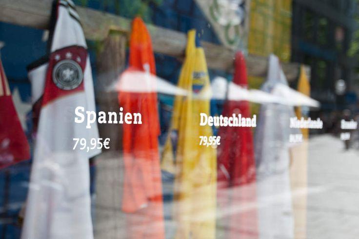 SPORTHAUS SCHUSTER / Sporthaus Schuster – Aktion Fußball-WM 2014 / #Kampagnenmotiv #POS #Schaufenster / by Zeichen & Wunder, München