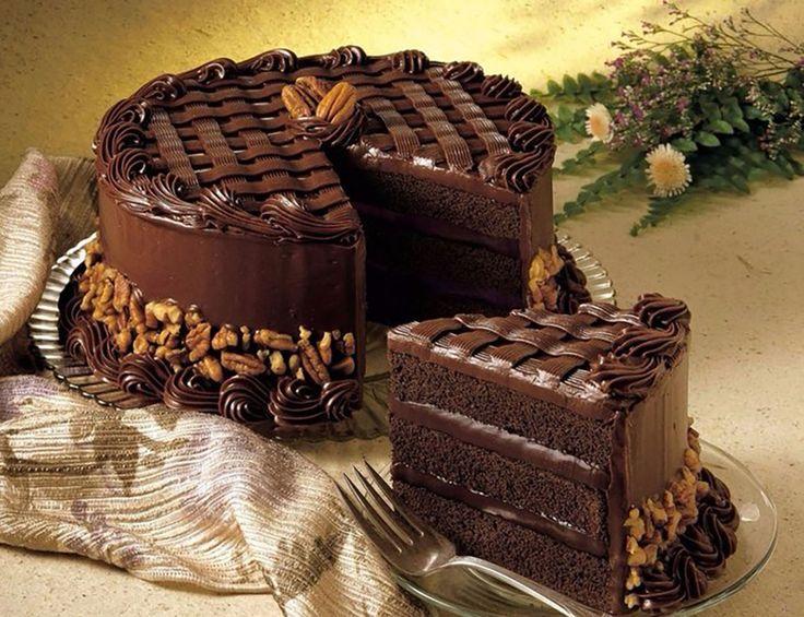 """Tortul """"Magie neagră"""" este un desert de ciocolată, cu gust intens de cafea, care se prepară pe bază de iaurt și este acoperit cu glazură delicioasă. Tortul se prepară foarte simplu, este extrem de gustos, foarte aromat și consistent. Într-un timp foarte scurt veți obține un tort fabulos cu un gust inconfundabil. Răsfățați-vă cu un …"""