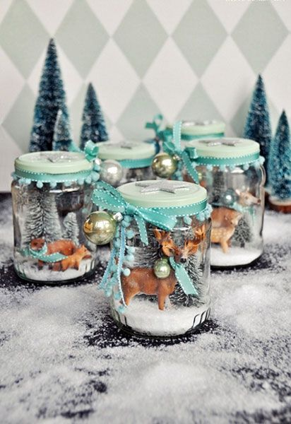 Zum Beispiel in dem ihr ein altes Gurkenglas in eine Schneekugel verwandelt. Und Simsalabim habt ihr ein wunderschönes Weihnachtsgeschenk gebastelt.