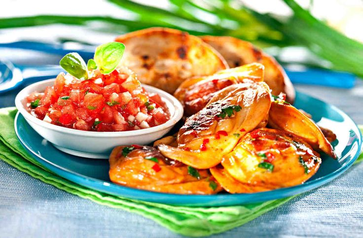 Serki Janosika z grzankami czosnkowymi i salsą z pomidorów. #pomidory #ser #kolendra #kolacja #smacznastrona #tesco #przepisy #przepis