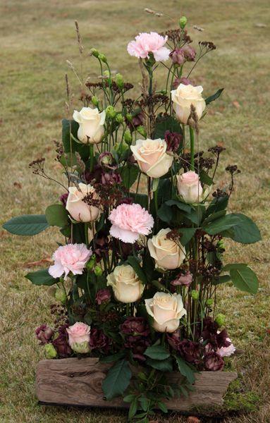 http://holmsundsblommor.blogspot.se/2013/11/ 131119.  Nr 22H Sorgdekoration med rosa rosor och nejlikor, brunaktig lisianthus