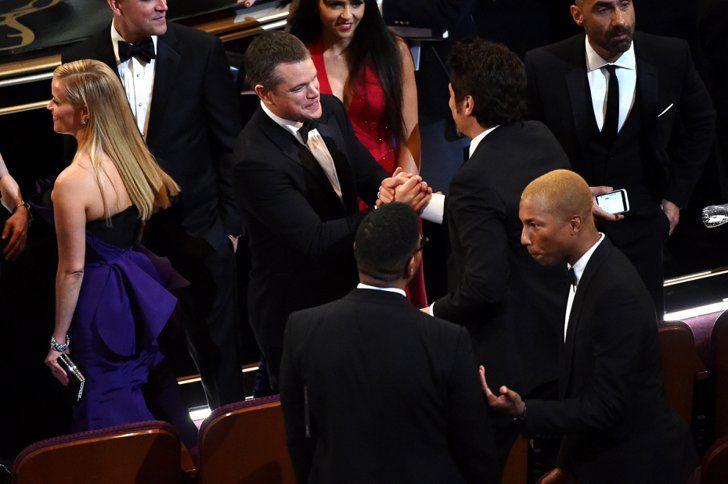 Pin for Later: 14 Choses Qui Ont eu Lieu Pendant les Coupures Pub des Oscars Matt Damon a dit bonjour à Benicio Del Toro pendant que Reese Witherspoon et Pharrell discutaient avec d'autres personnes.
