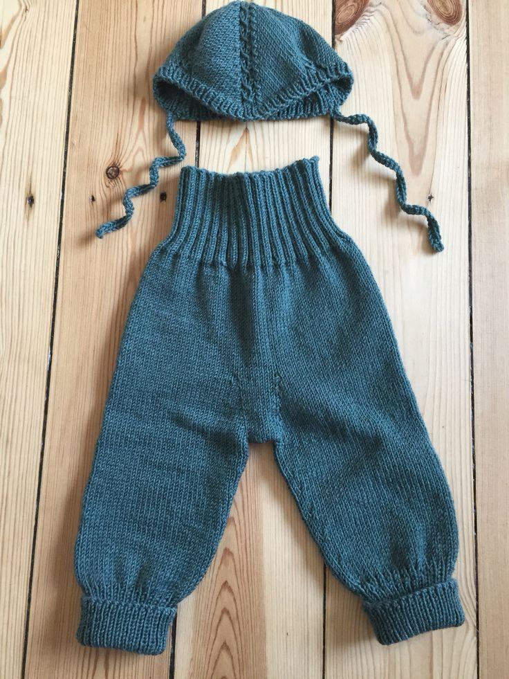 Hue og bukser opskrift fra 'Babystrik på pinde 3' af Lene Holme Samsøe.