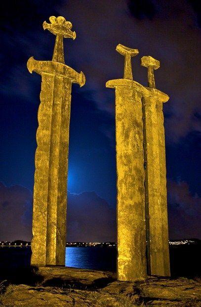 Die 3 Schwerter im Fjell in Hafrsfjord bei Stavanger. Hier soll die wichtige Schlacht von Harald Schönhaar stattgefunden haben, die den Grundstein zur Vereinigung Norwegens legte.