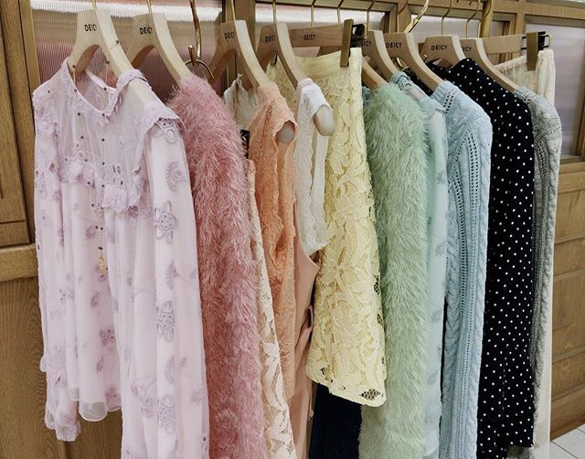 deicy_official:spring color💕🎀 ・ 続々と気分の高まる春物が入荷してきております💕 ・ ・ とってもお得なセール品もまだ多数ご用意しております。 ぜひDEICYにお立ち寄り下さいね✨ ・ ・ #deicynagoya #deicy #mecouture #デイシー #ミークチュール #ニット #ブラウス #ワンピース #フリル #ホワイト #ピンク #ミント #white #pink #mint #instagood #instafashion #ファッション #コーディネート #名古屋パルコ #パルコ #nagoyaparco #parco 2018/01/14 21:52:35