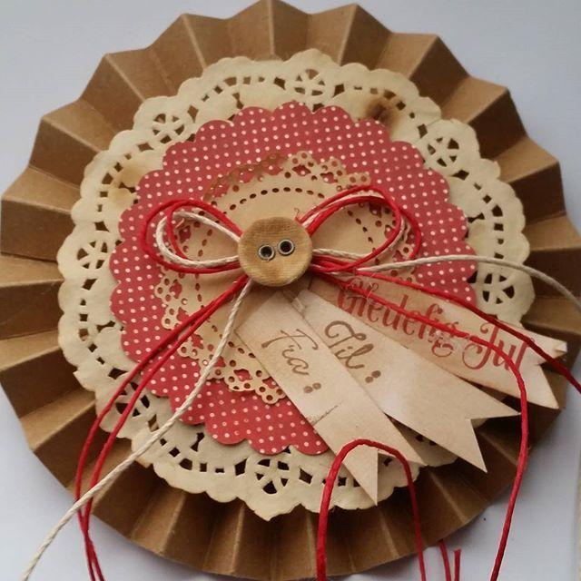 Pakkelapp laget med @papirdesign sine nye juleark  #pakkelapper #tilogfra #papirdesign #juleforberedelser #snartjul #papercraft #instacraft #craft #tag #almostchristmas #christmaspreparations  #madebyme #DIY