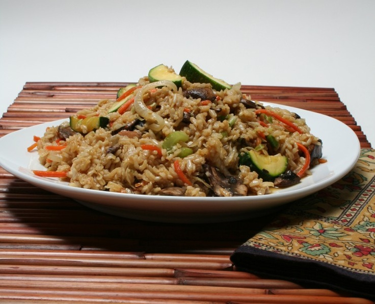 Una receta de arroz con verduras sencilla y sana que aporta a las propiedades del arroz integral el toque de las verduras.