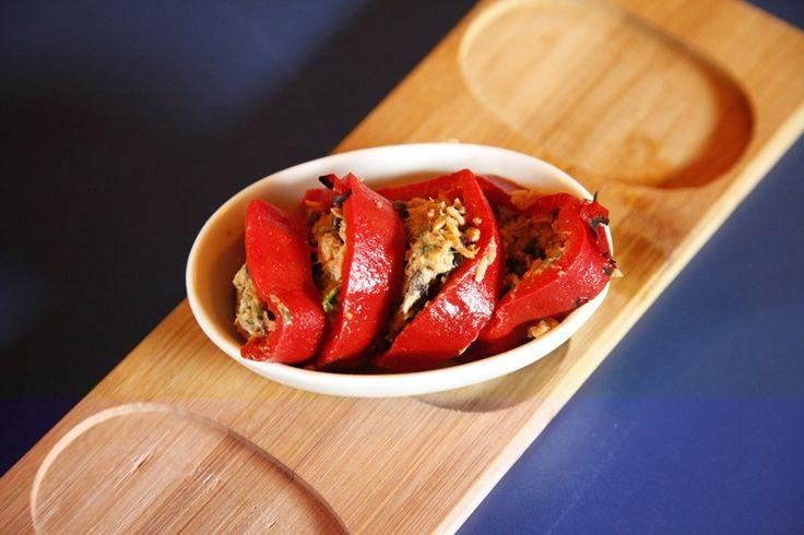 Konserve ton balığını ince kıyılmış maydanoz, küçük siyah zeytin parçaları, ince kıyılmış taze soğan, acı kırmızı toz biber ve zeytinyağıyla karıştırın.