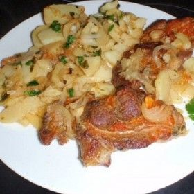 Krumpliágyon sült paprikás-hagymás tarja
