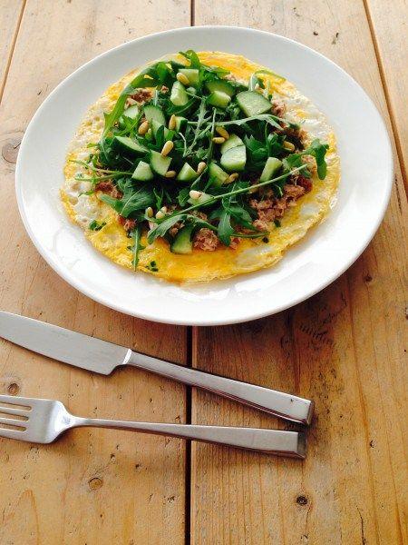 Ei-wrap met tonijn  Ideaal voor lunch als je geen brood meer wilt eten=================================================2 biologische eieren Peper en zout naar smaak Olijfolie of kokosolie Wat heb je nodig voor de topping  Tonijn, blikje van 60 gram 2 theelepels ui, gesnipperd 2 zongedroogde tomaatjes, fijn gesneden 1 theelepel volle mayonaise een klein handje pijnboompitten 5 plakjes komkommer 15 gram rucola sla