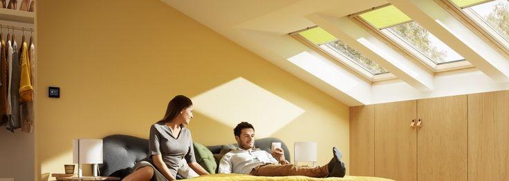 Portano luce e ventilazione nella tua casa, migliorando il tuo comfort. Le finestre per tetti manuali con apertura a bilico permettono di sfruttare lo spazio sotto la finestra, dove possono essere posizionati mobili o complementi senza ostacolarne l'operabilità.  Le finestre per tetti a bilico sono predisposte per l'installazione di tapparelle e tende VELUX.