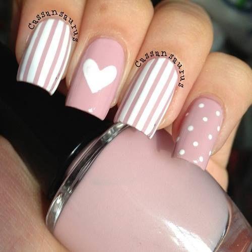 uñas rosa palo lineas, puntos y un corazón