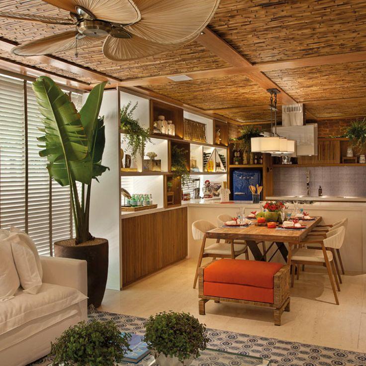 Para trazer um ar praiano ao ambiente, Nilza Alves e Rita Diniz trabalharam o forro em madeira e bambu. Já no piso, optaram por pedra Limestone Natural que parece areia.
