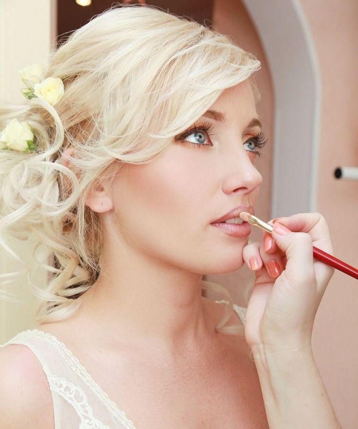 maquillage pour mariage - fard à paupières de couleur pêche et rouge à lèvres en rose pâle