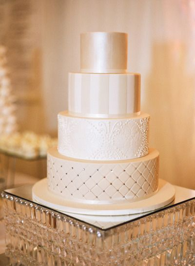 Alternando texturas e padronagens, você dá complexidade e personalidade ao seu bolo de casamento.