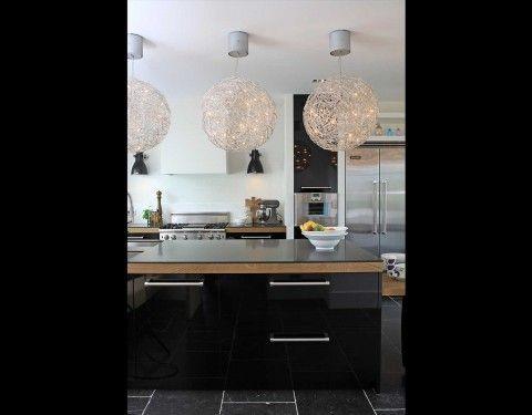 Moderne hoogglans zwarte keuken met mooi blad.Voor meer inspiratie kijk op www.keukenstyle.nl of bezoek onze nieuwe showroom in Drachten.