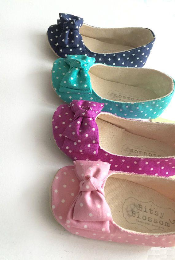 Kunt u vertellen dat we graag polka dots? De Mila-schoen is gemaakt in een verscheidenheid van trendy lente kleuren-roze, turquoise, navy en magenta