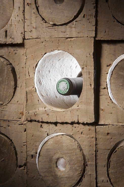 Terre crue pour grands crus ! ARGICRU® est une mini cave à vin à l'esthétique brute franchement séduisante et à l'efficacité redoutable : température du vin stabilisée, humidité de l'air régulée, obscurité grâce aux bouchons, légère aération des bouteilles, zéro vibration... 100% naturelle (en terre crue) et 100% recyclable. Fabriqué en France.