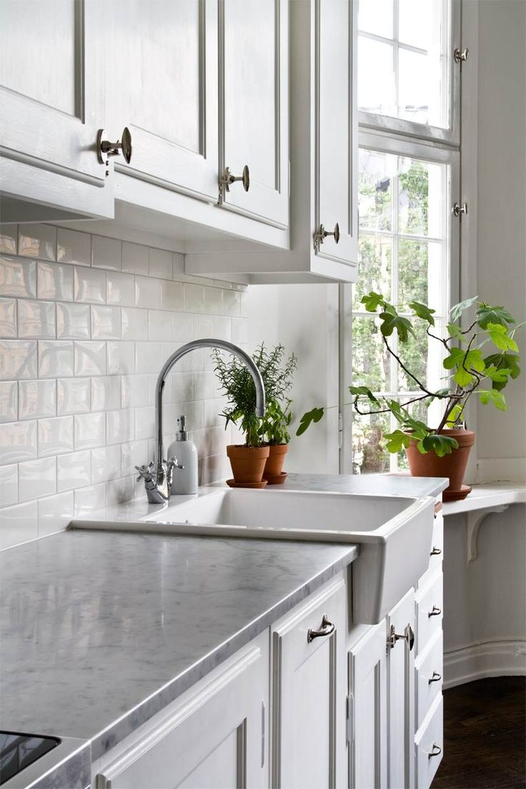 crédence de cuisine en carreaux blancs de style métro, armoires blanches et plan de travail imitation marbre
