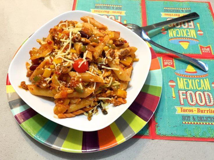 Pasta kun vrijwel voor alles gebruiken, daarom maken we vandaag een heerlijke Mexicaanse pasta. Lekker met kidneybonen, mais, kaas en Mexicaanse kruiden.