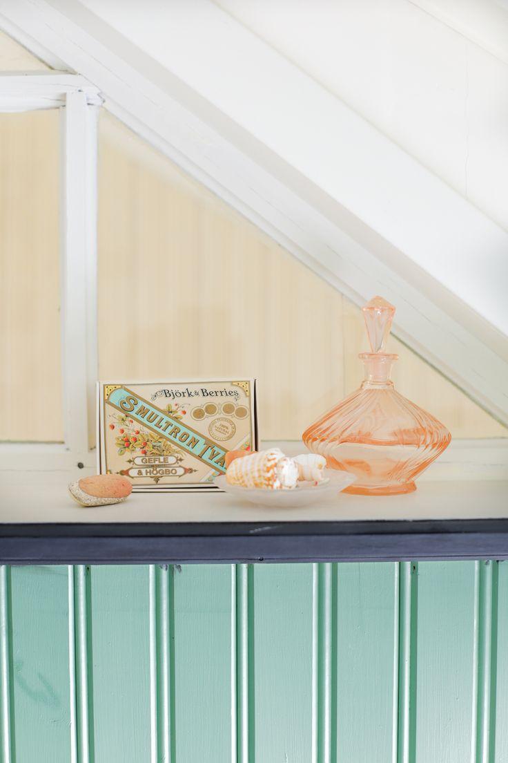 Stilleben i fönstret mellan toan och trapphuset. Foto: Erika Åberg