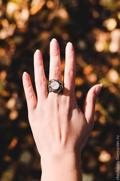 Купить или заказать Серебряное кольцо с лунным камнем 'Полнолуние' в интернет-магазине на Ярмарке Мастеров. Изящное кольцо с лунным камнем круглой формы.