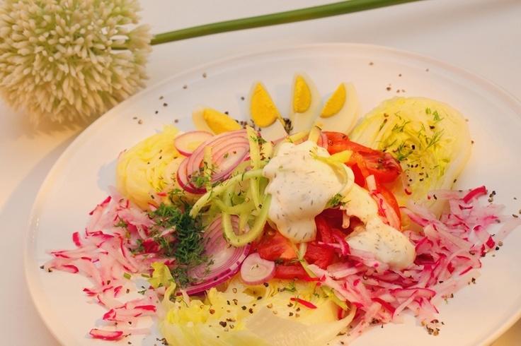 Lekka sałatka warzywna z sosem koperkowym. Składniki: rzodkiewka, czerwona cebula, pomidorki koktajlowe, papryka czerwona i zielona, sałata, jajka, koperek, Sos koperkowy Tarsmak.
