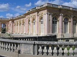 Il Grande Trianon o Trianon di marmo è un palazzo che Luigi XIV fece costruire vicino a Versailles in Francia. L'esterno dell'edificio è rivestito di marmo e da ciò prende il nome di «Trianon di marmo».un edificio che gli permettesse di fuggire la corte. Fu Louis Le Vau ad essere incaricato di questa costruzione: egli scelse di rivestire i muri di porcellana di Delft, blu e bianca.