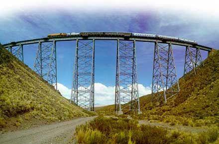 Tren a las Nubes Es uno de los tres ferrocarriles más altos del mundo, que atraviesa vertiginosas montañas de la Cordillera de los Andes entre paisajes espectaculares.