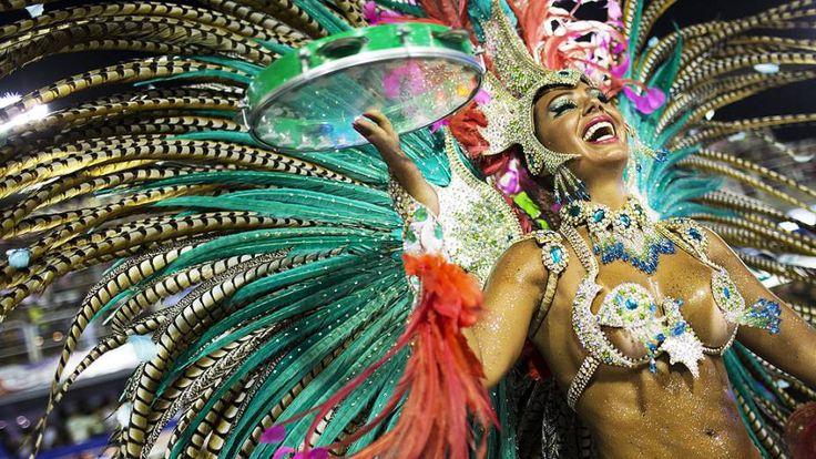 A musa argentina Caren Paz é destaque no desfile da Mangueira