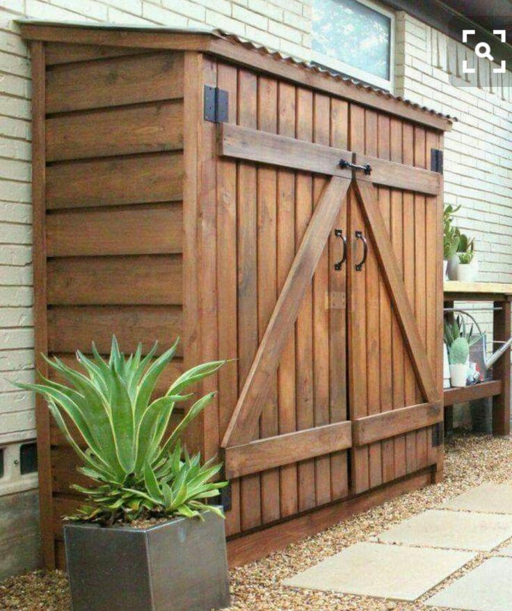 Idee deur fiets aan zijkant; aan voorkant 2 deuren met haken aan de binnenkant voor tuingereedschap; planken aan de muur; ruimte voor zak aarde, potten & gieter