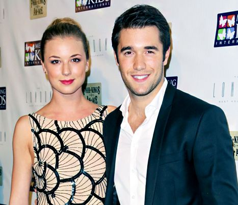 Costars Emily VanCamp and Joshua Bowman are married on Revenge and dating in real life.