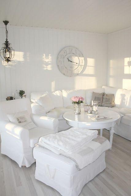 Geheel witte shabby chic woonkamer