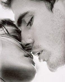 Sărutul tău... de început de lume Vino... cât să te simt, dar nu cât să mă atingi... apropie-te până când respiraţia ta se va aşeza pe buzele mele, până când căldura ei mă va înfierbânta. Nu te grăbi, rămâi acolo suspensat în aşteptare, dilată timpul în mii de posibilităţi, care să mă facă să te doresc, să le doresc! http://danieladumitrescu.blogspot.ro/2015/05/sarutul-tau-de-inceput-de-lume.html
