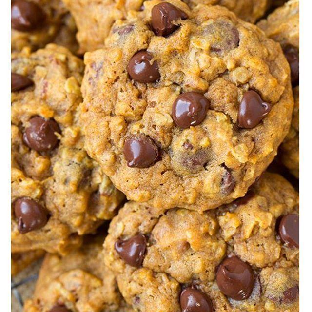 Cookies #lowcarb pra um feriado sem culpa!  Vamos lá... ➡️ ¼ xic Óleo de coco (derretido) ➡️ ¼ xic Mel ➡️ 2 Ovos ➡️ ½ cchá Extrato de Baunilha ➡️ 1/3 xic Farinha de Coco ➡️ ¼ cchá Sal ➡️ ½ xic Gotas de chocolate meio amargo (ou de sua preferência) ✨ Modo de preparo: Misture todos os ingredientes. Deixe a massa descansar por 10 minutos. Molde os cookies com a ajuda de uma colher. Leve ao forno pré-aquecido em 180o graus por aproximadamente 10-14 minutos